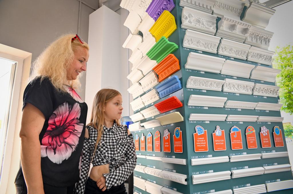 В Бобруйске открылся интерьерный салон окон и дверей «7 квадратов». Стенд с продукцией компании «Европласт»